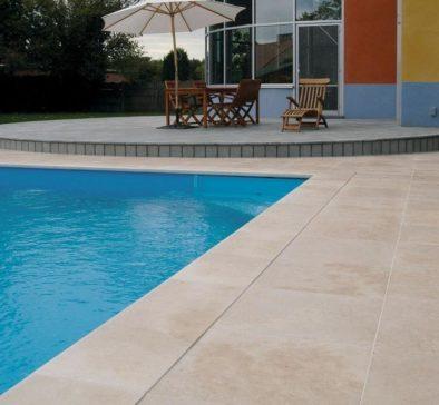 plage de piscine en carrelage ModèleCarrelage en travertin antidérapant pour terrasse plage